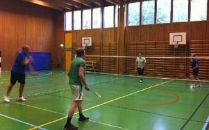 Föreningar hyr in sig i gympasalen, här badmintonspelare. Foto: Peter Carlsson