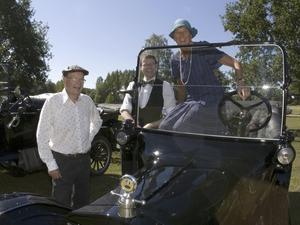 """ANDRA FORDEN. Denna T-Ford Touring från 1922 är Björn Thyselius andra. Den första försökte han bygga från lösdelar som han köpte upp. Den här har han """"bara"""" renoverat till hälften, med många timmars slit. Passagerarna är sonen Walter och Katrine Rönnberg."""