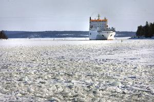 Fartyget Transreel på väg in till Skärnäs, efter att isbrytaren Ymer öppnat en passage i ismuren utanför Dukarsundet.