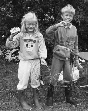 Ort: Bergsjö   Rubrik: Kräftpremiär i Bergsjö.   Bildtext: Man ska inte se efter för tidigt om det finns några kräftor i buren. Daniel och Anna  Svensson, Bergsjö förberedde i stället håvar med bete som de skulle lägga senare när det blev mörkt.