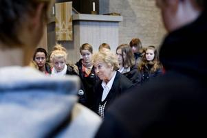 KAN BERÄTTA. Överlevaren Magda Eggens besökte i går Storviks kyrka. Niorna på Hedängskolan fick lyssna på den skakande berättelsen om hennes fasansfulla upplevelser i Auschwitz. När hon kom till Sverige med vita bussarna 1945 vägde hon 28 kilo och var ett levande skelett.
