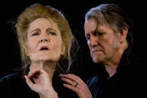 """Ann Petrén och Göran Engman i Upsala stadsteaters föreställning av """"Lång dags färd mot natt"""" 2009."""