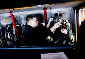I brandbilen får Adam testa en hel del utrustning. Styrkeledare Daniel Fogd visar hur masken ska sitta.