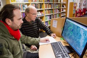 Markus Nyberg och Bengt Sundeck vid kartan över de hushåll som nu får bredband.