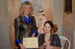 Östersunds Rotaryklubbs stipendium, som är på 5000 kronor, överlämnades vid måndagens möte till cellisten Katarina Åhlén av klubbens president Elisabeth Sjöström.
