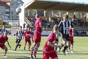 André Eliasson nickar in 3–2 för Strand.
