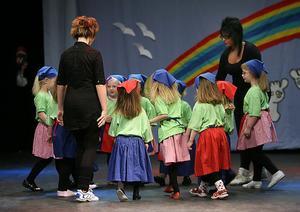 Gruppen Sång, lek och dans, med ledarna Kicki och Kattis Libeck, dansar Får jag bli din lekkamrat?