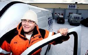 Håkan Nordahl fick jobb efter tre års arbetslöshet.- En underbar känsla att vara tillbaka i arbetssvängen igen,säger han.Borlängeföretaget SBB, Signal  banbyggarna AB, har på kort tid anställt cirka 20 nya medarbetare.Foto: Tomas Nyberg