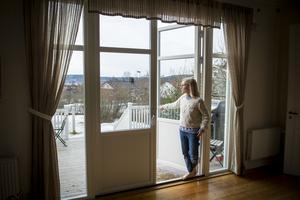 Familjen byggde en ny veranda utanför salen och glasdörrar sattes in.
