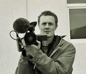 Konstnären Knutte Wester med sin filmkamera.