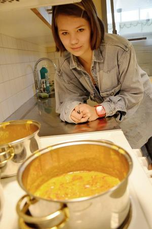 Matilda Råstock Ekmark gillar matlagning. Därför valde hon också att laga mat under elevens val. I grytorna puttrar en indisk kycklingsås.