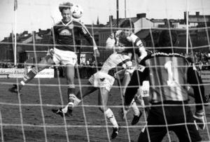 Mats Olsson nickar mot mål i matchen mot Brage år 1988.