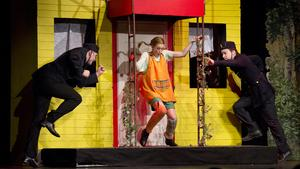 Här syns Pippi (Mimmi Fasth) i den klassiska polisjakten med att få fast Pippi för att ta med henne till barnhemmet.