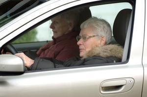 Är du pensionär och ska resa utomlands? Då kan det bli svårt att hyra bil. (Personerna på bilden har inget med artikeln att göra.)