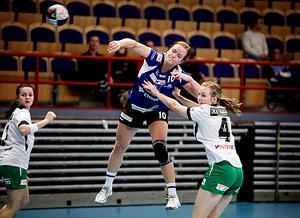 Handboll, IVH Västerås-Rimbo HK i Bombardier Arena i Västerås. Nr 10 i IVH, Elsa Pettersson och nr 4 i Rimbo, Alexandra Bjärrenholm.