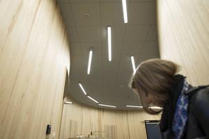 Johan Dahlbergs permanenta verk på nybyggda Arkitekthögskolan i Stockholm är ett ljudverk ur ultrahögtalare. Tanken är att väcka minnen av rum med hjälp av olika röster.