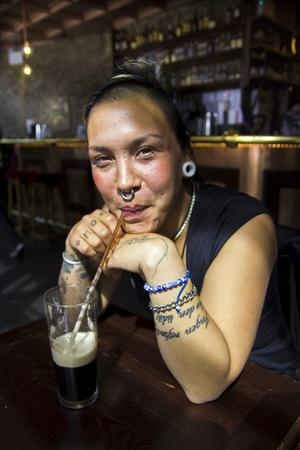 Bildtext 14: Guinness med sugrör - ett av många sätt att njuta av en kall i London.   Foto: Elin Swedenmark