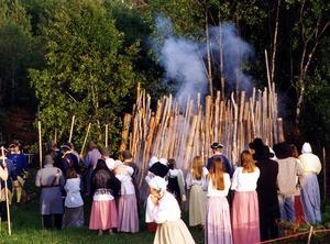 Bålet flammar - på bilden i en film, men för bara 300 år sedan var det ohygglig verklighet för människor i Sverige.