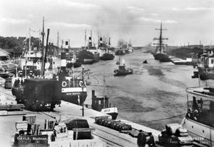 Till slut tvingades även skeppsbyggarstaden Gävle ge efter för utvecklingen – ångfartygen tog över i hamnen. Det ensamma segelfartyget på Skeppsbrons södra sida ser nästan lite ängsligt och övergivet ut bland alla ångbåtar.