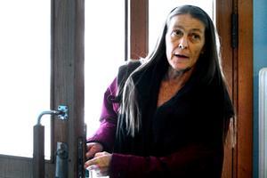 Christina Nilsson är orolig över att dörrar och fönster till hennes trappuppgång varit olåsta vid flera tillfällen.  BILD: SAMUEL BORG