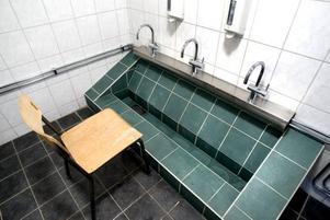 TVÄTTPLATS. Här finns det gott om utrymme att tvätta sig innan bönestunden.