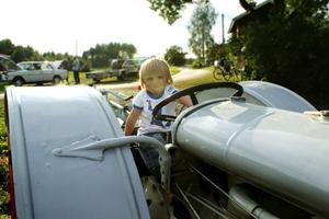1. Wille Åkerlund, 3 år, från Sälen var en av träffens yngsta entusiaster. Här testar han förarsätet på en Fordson Modell F, en traktor från 1925.–Det är bara traktorer och grävmaskiner som gäller för honom, säger morfar.