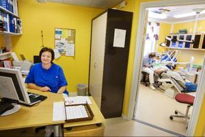 Bente Kvemo har arbetat som tandsköterska i Gäddede sedan 1981. Sedan 2001 försvann den fasta tandläkaren vid folktandvården i orten och sedan dess har det varit svårt att rekrytera någon ny. Men förra året kom tandläkaren Stig Östling till Gäddede och då fick det nedläggningshotade kliniken en ny vändning.