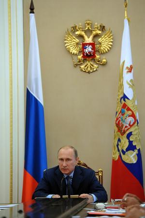 Rysslands president Putin har slagit in på en väg där den stora staten med vapenmakt och hot därom utmanar internationell rätt och grannstaters territoriella suveränitet, skriver Göran Pettersson.