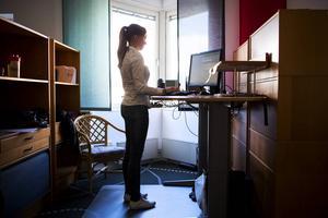 Att stå upp på jobbet minskar risken för att drabbas av en rad sjukdomar och det gör även att du kan tappa kilon, under förutsättning att du inte kompenserar genom att äta mer. Helen Sahlén (Avdelningen för hus- och hemskador på trygg hansa ) står nästan alltid när hon jobbar.