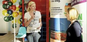 Riksdagsledamöterna Sofia Arkelsten (M) och Anneli Hultén (S) möttes på en hamburgerrestaurang för en debatt om miljö och klimat. Foto: Alf Pergeman