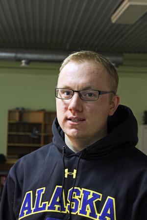 21:åriga Mats Eriksson från Malung bor och pluggar på universitet i Alaska där han tävlar i skolans skyttelag. Nu är han hemma i Malung över jul men den 7 januari åker han tillbaka till Alaska där tävlingarna fortsätter.