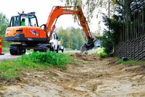 Utbyggnaden av fibernätet har dragit ut på tiden bland annat eftersom det tagit lång tid att få tillstånd att gräva efter Trafikverkets vägar, enligt Säters bredbandssamordnare.