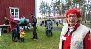 – Vi har fler utställare här nu än förra gången det var julmarknad i Ytterån, säger Karin Rickardsson i hembygdsföreningen.