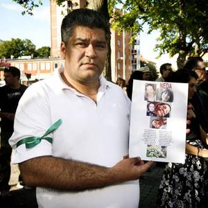 Masnucher visar bilder på iranier som fått sätta livet till i protesterna mot valfusket. Den gröna bindeln visar vad protesterna handlar om.