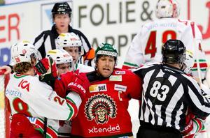 Joel Lundqvist i kamp med ett par Modospelare.