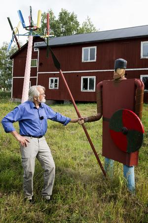 Jack Rönström gör konst av skrot och hans skapelser väcker stor nyfikenhet hos förbipasserande.