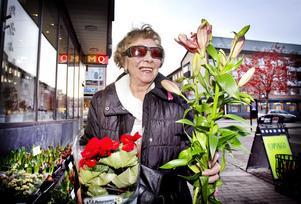 Kristina Carlsson, 87 år, Hudiksvall, är en av många som trivs i värmen:– Jag tycker att det är underbart och det får gärna fortsätta så här ända till mars. Jag har slutat att åka skidor och det är annars så besvärligt att bylta på sig kläder.