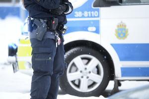 På lördagen fick polisen larm om att ungdomar kastat smällare mot snöröjare i Hovsjö.