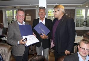 Spendrupbrödernas resa från noll till störst i Sverige hedrades med Rotarys stora utmärkelse, överlämnat till Jens till vänster och Ulf i mitten, av Ludvikaklubbens president Kjell Israelsson.