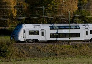 Dubbeldäckarna som bland annat trafikerar sträckan Örebro – Stockholm är tillverkade av franska Alstom – ett företag som tyska Siemens vill köpa.