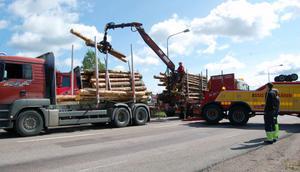 Riksvägen var helt blockerad medan den havererade lastbilen lastades av, säkrad av en bärgare för att den inte skulle kunna välta.