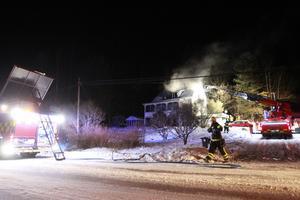 Glödbränder på vinden drog ut på släckningsarbetet på lördagskvällen.