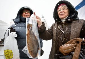 Pentti, 78 år, och Hely, 75 år, Kytösaho, Väster:– Vi har köpt rökt fisk. Vi brukar röka själv men den här vintern har det varit lite kallt, säger Hely. Och så har vi köpt honung och lite godis. Sen måste vi köpa plastpåsar – det gör vi alltid.