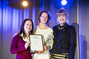 Irina Serotiuk och Mats Holmander fick ta emot förstapriset på kammarmusikbiennalen Ung & Lovande av Västmanlands landshövding  Minoo Akhtarzand.