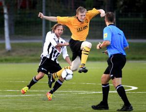 Martin Elffors i kamp med Strands Peter Stark Dahlberg.