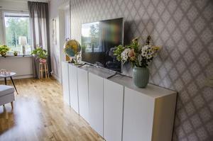 Smart och billig tv-förvaring som Margareta målat vitt.
