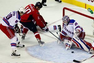 ISHOCKEY. Henrik Lundqvist höll nollan och blev återigen matchhjälte när New York Rangers slog Washington med 1–0 i den andra åttondelsfinalen i Stanley cup-slutspelet. Rangers leder nu med 2–0 i matcher i bäst av sju.Washington med stjärnan Alexander Ovetjkin i spetsen försökte gång på gång få hål på Lundqvist, men den svenske målvakten murade igen i huvudstaden.–Så är det med den killen, han behöver inte mycket för att göra mål så man måste vara med, sa Lundqvist till ESPN.Rangers mål kom redan i den åttonde minuten av första perioden. Markus Näslund assisterade Ryan Callahan, som satte pucken bakom Washingtons målvakt Simeon Varlamov.Den tredje matchen spelas i natt svensk tid, också den i Washington.Även nattens andra svensklag kopplade greppet om sin matchserie. Detroit vann slutspelsmatchen komfortabelt mot Columbus som gör sitt första slutspel. Slutsiffrorna skrevs 4–0 till svensklaget, efter mål av bland andra Henrik Zetterberg. Foto: Scanpix