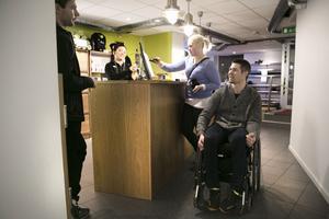 Personalen på Må Bättre i Falun är vana att se Jonas på gymmet. De låter sätet vid en av armcyklarna vara borta så Jonas kan rulla in direkt när han kommer.