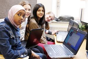 Alma Åkerlund, Farida Ghazni, Ida Johansson och Sabrin Ahmed Mohamed är några av de elever som har fått prova på att skapa med sina datorer. De har alla gjort egen musik.