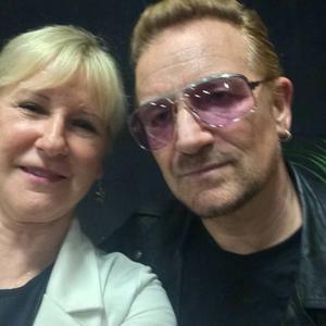 Utrikesminister Margot Wallström och Bono från U2 poserar på en selfie innan torsdagens konsert på Globen i Stockholm.
